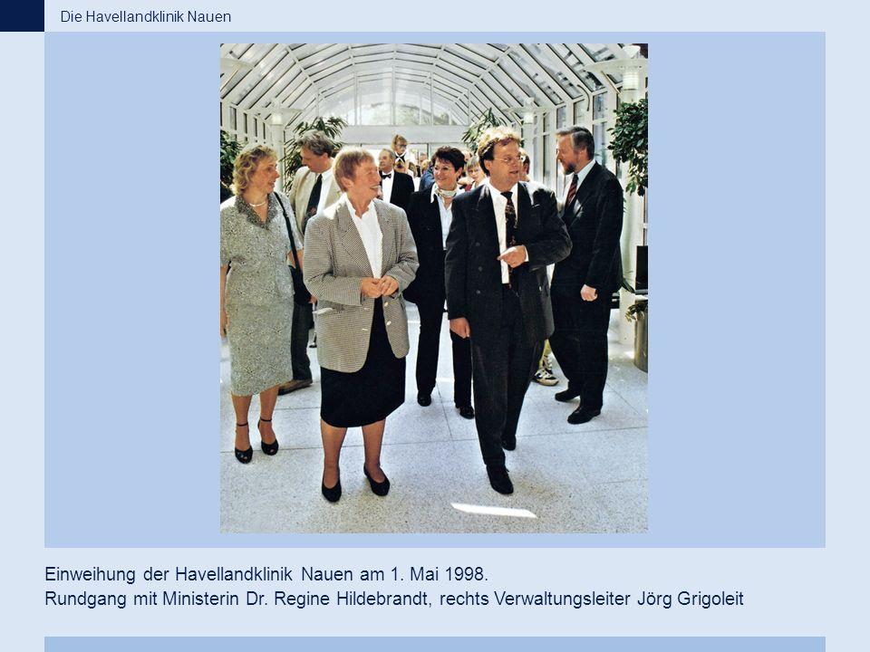 Einweihung der Havellandklinik Nauen am 1. Mai 1998. Rundgang mit Ministerin Dr. Regine Hildebrandt, rechts Verwaltungsleiter Jörg Grigoleit Die Havel