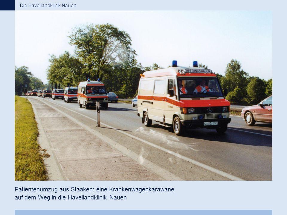 Patientenumzug aus Staaken: eine Krankenwagenkarawane auf dem Weg in die Havellandklinik Nauen Die Havellandklinik Nauen