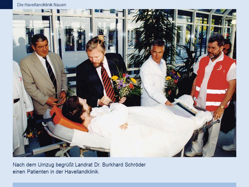 Nach dem Umzug begrüßt Landrat Dr. Burkhard Schröder einen Patienten in der Havellandklinik. Die Havellandklinik Nauen