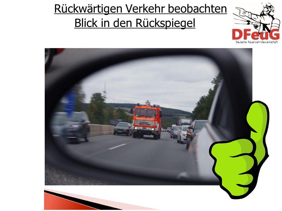 Rückwärtigen Verkehr beobachten Blick in den Rückspiegel Deutsche Feuerwehr-Gewerkschaft