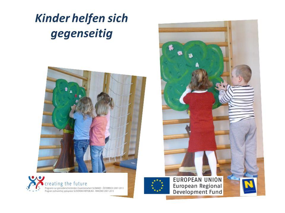 Kinder helfen sich gegenseitig