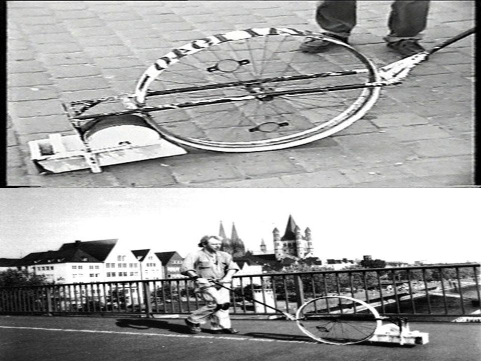 Der Anfang der Stolpersteine 1990: Auseinandersetzung mit den Deportationen von 1000 Zigeunern aus Köln (Generalprobe für umfangreichere Judendeportationen)  Mit einer rollbaren Druckmaschine zog Deminig Spuren durch die Stadt, die den Deportationswegen gleichten.