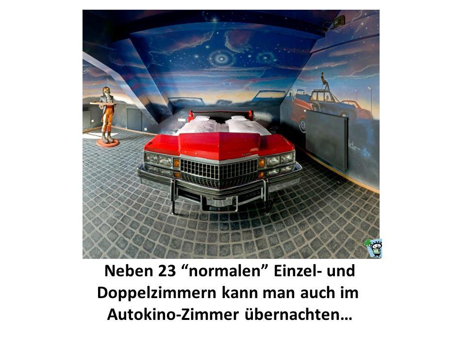 Neben 23 normalen Einzel- und Doppelzimmern kann man auch im Autokino-Zimmer übernachten…