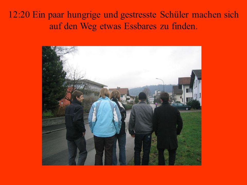 12:20 Ein paar hungrige und gestresste Schüler machen sich auf den Weg etwas Essbares zu finden.