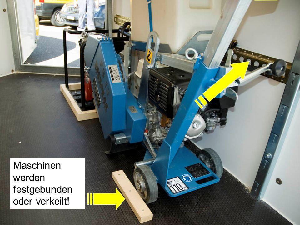 Maschinen werden festgebunden oder verkeilt!