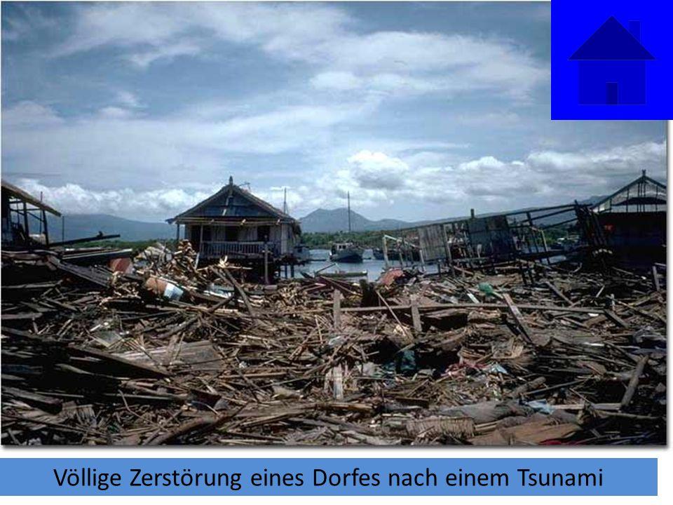 Völlige Zerstörung eines Dorfes nach einem Tsunami