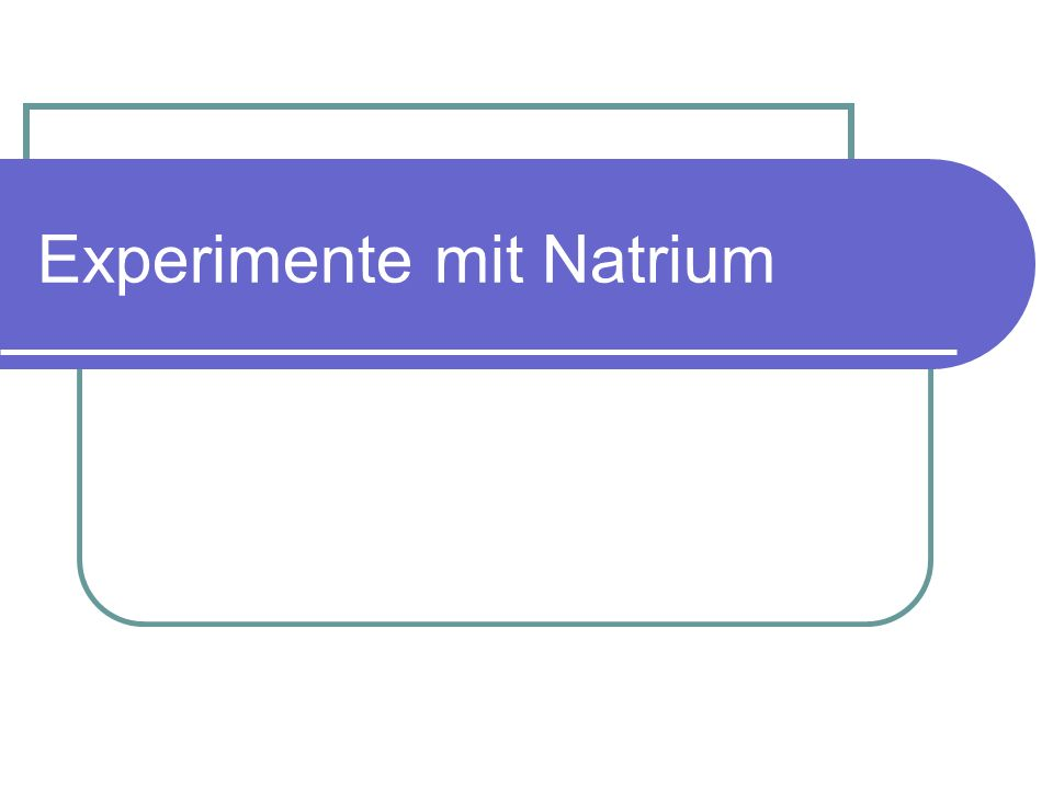 Na auf Wasseroberfläche: Ein kleines Stück Natrium wird in ein flaches Wassergefäß gegeben.