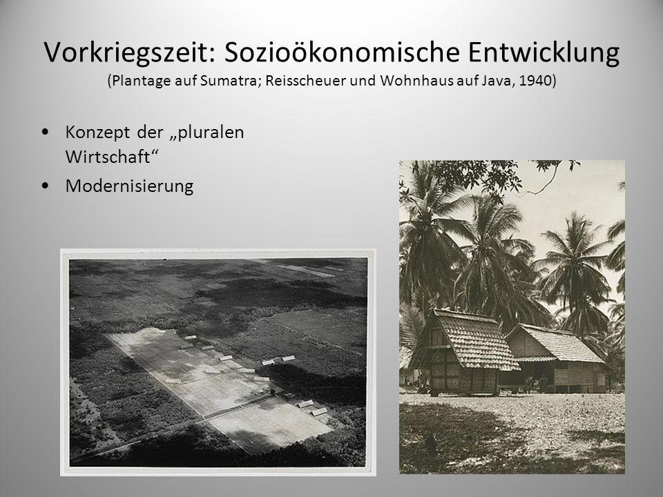 """Vorkriegszeit: Sozioökonomische Entwicklung (Plantage auf Sumatra; Reisscheuer und Wohnhaus auf Java, 1940) Konzept der """"pluralen Wirtschaft"""" Modernis"""