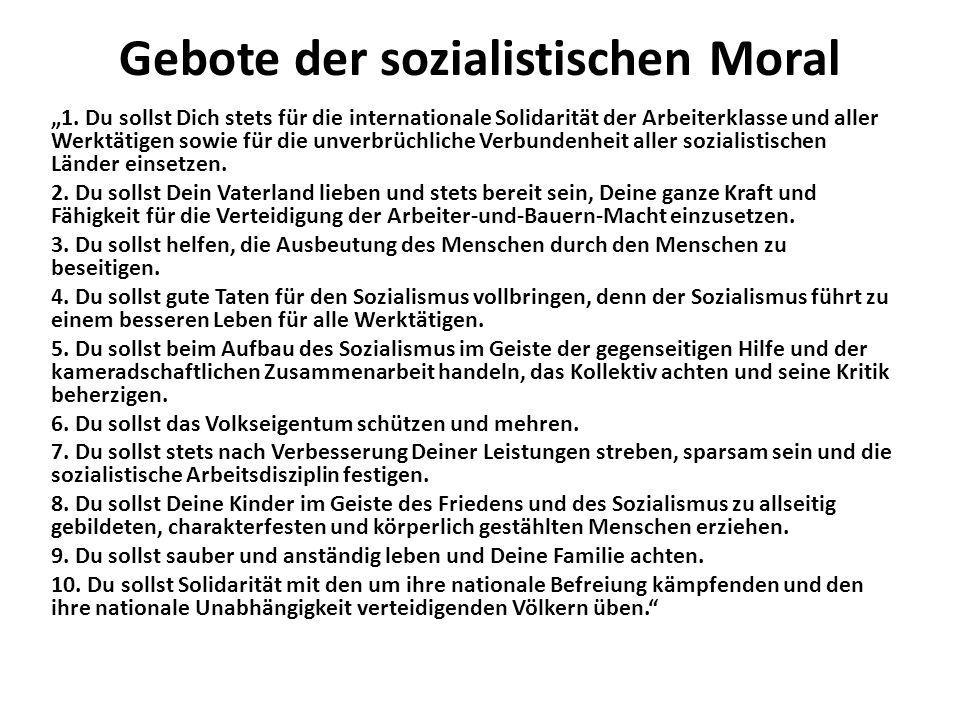 """Gebote der sozialistischen Moral """"1. Du sollst Dich stets für die internationale Solidarität der Arbeiterklasse und aller Werktätigen sowie für die un"""