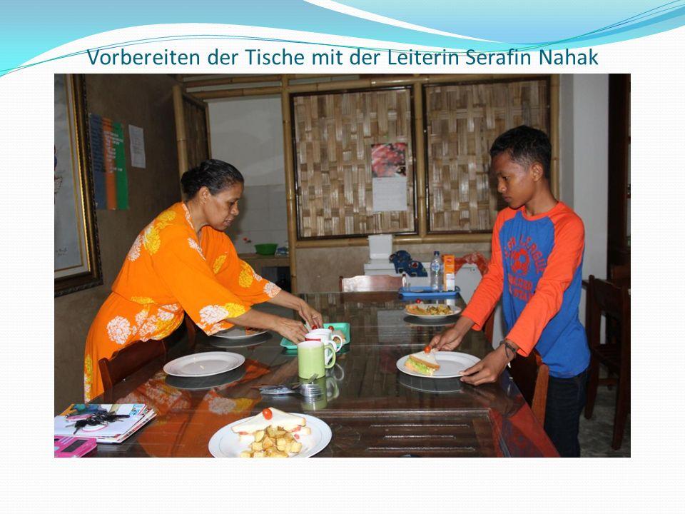 Vorbereiten der Tische mit der Leiterin Serafin Nahak