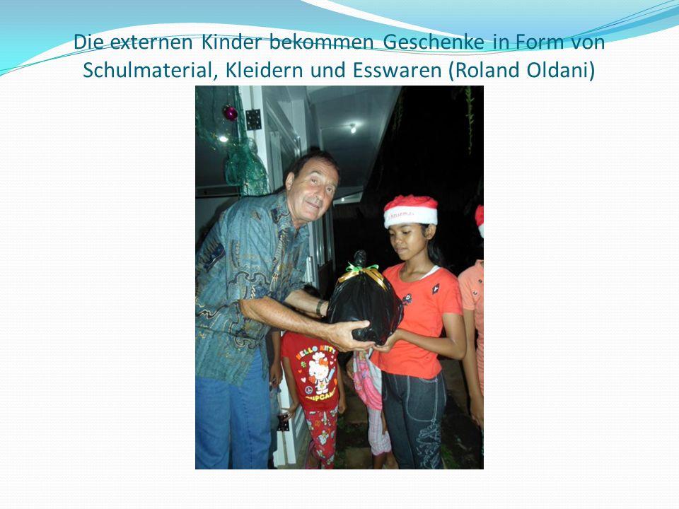 Die externen Kinder bekommen Geschenke in Form von Schulmaterial, Kleidern und Esswaren (Roland Oldani)