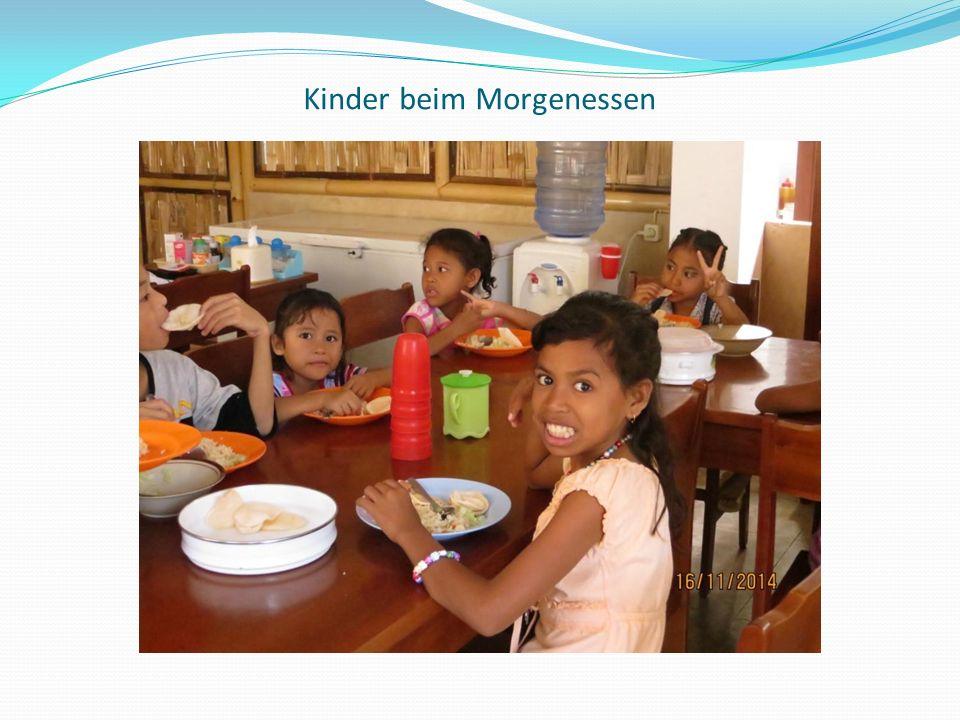 Kinder beim Morgenessen
