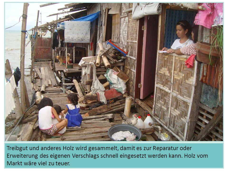 Zwischen den Unterkünften im Slum schwimmt viel Müll rum.