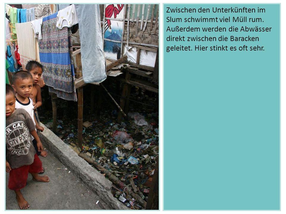 Zwischen den Unterkünften im Slum schwimmt viel Müll rum. Außerdem werden die Abwässer direkt zwischen die Baracken geleitet. Hier stinkt es oft sehr.