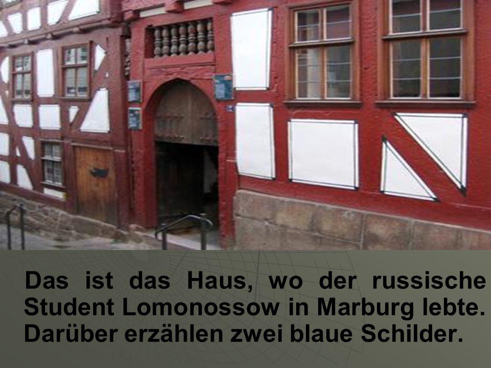 Das ist das Haus, wo der russische Student Lomonossow in Marburg lebte. Darüber erzählen zwei blaue Schilder.