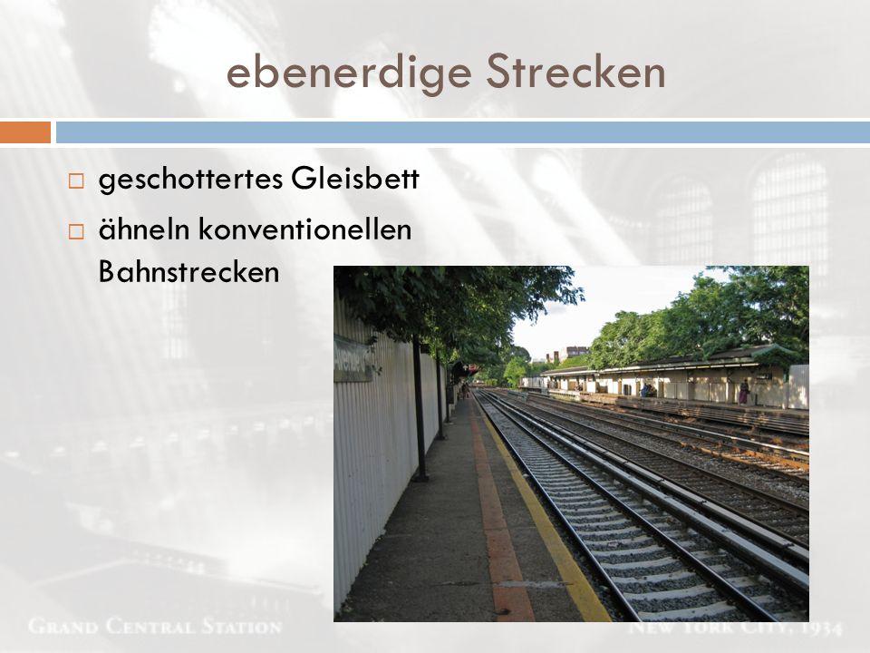 ebenerdige Strecken  geschottertes Gleisbett  ähneln konventionellen Bahnstrecken