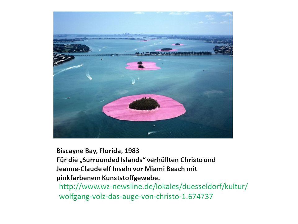 """http://www.wz-newsline.de/lokales/duesseldorf/kultur/ wolfgang-volz-das-auge-von-christo-1.674737 Biscayne Bay, Florida, 1983 Für die """"Surrounded Islands verhüllten Christo und Jeanne-Claude elf Inseln vor Miami Beach mit pinkfarbenem Kunststoffgewebe."""