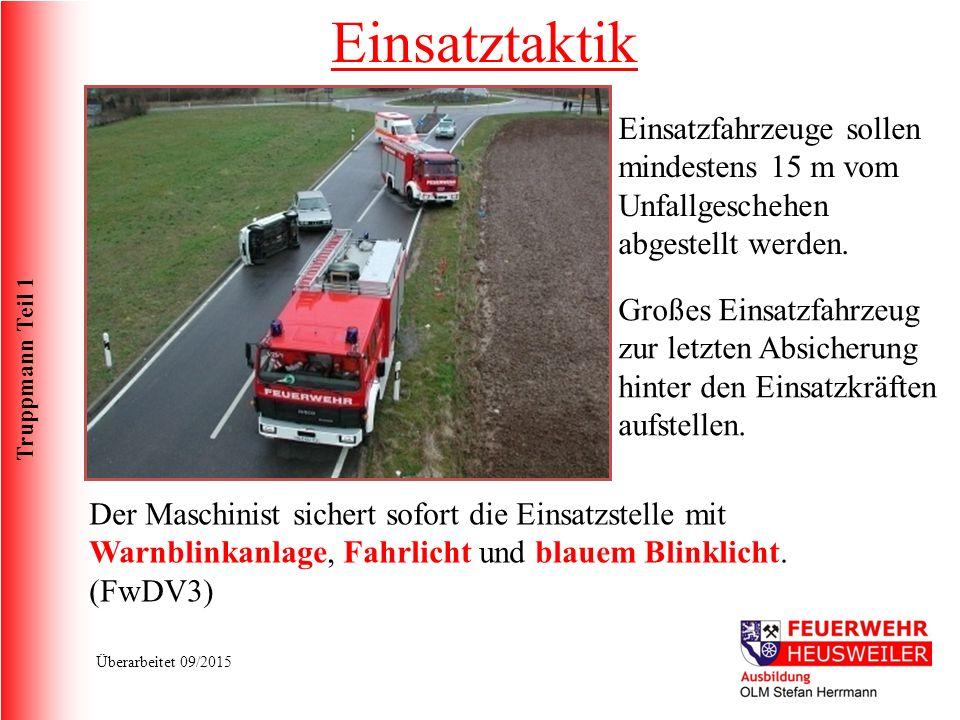 Truppmann Teil 1 Überarbeitet 09/2015 Einsatztaktik Einsatzfahrzeuge sollen mindestens 15 m vom Unfallgeschehen abgestellt werden.