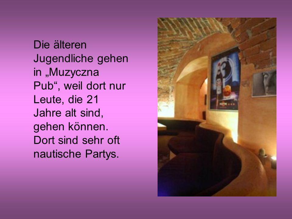 """Die älteren Jugendliche gehen in """"Muzyczna Pub , weil dort nur Leute, die 21 Jahre alt sind, gehen können."""