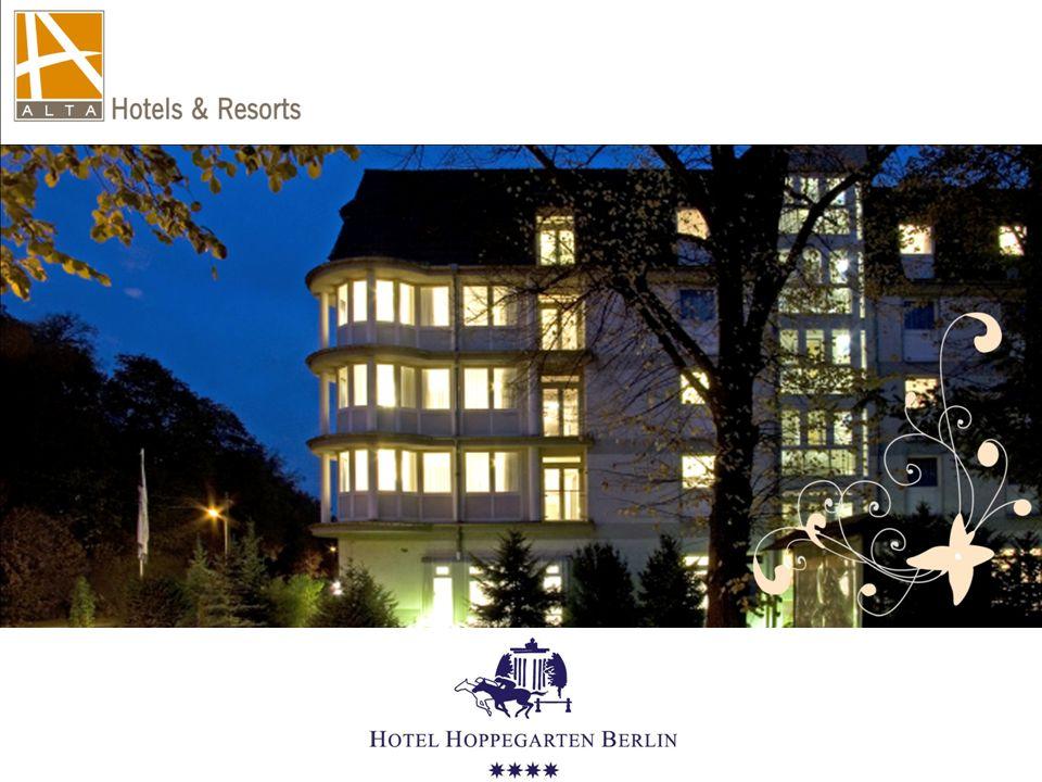 """LAGE Das Hotel – dessen Namen Bezug auf den großbürgerlichen Glanz und der vornehmen Unbeschwertheit der """"Goldenen 20er Jahre nimmt, ist in der Nähe des bekannten """"Reiter- Zentrums und nur 15 Kilometer vom Berliner Zentrum """"Alexanderplatz entfernt."""