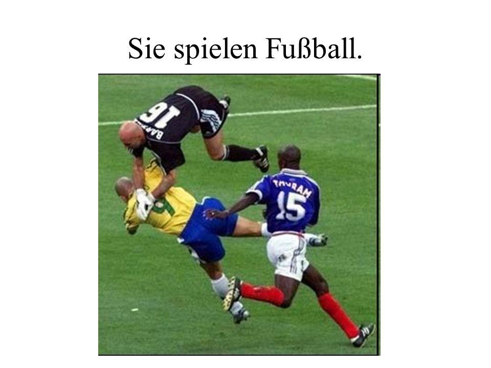 Sie spielen Fußball.