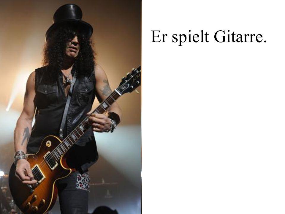 Er spielt Gitarre.
