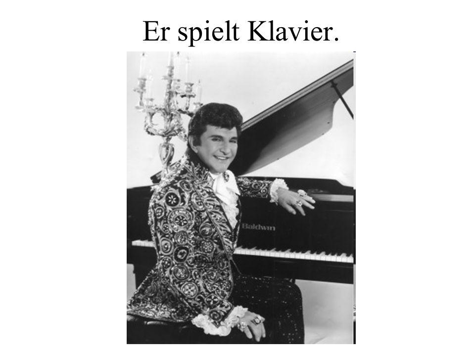 Er spielt Klavier.