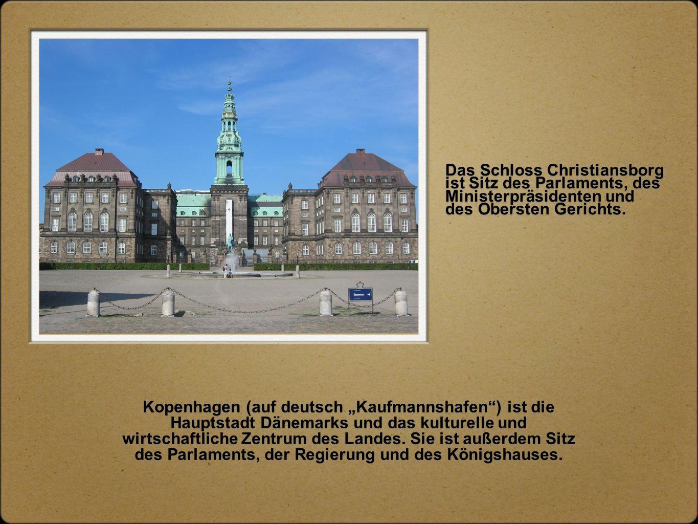 """Das Schloss Christiansborg ist Sitz des Parlaments, des Ministerpräsidenten und des Obersten Gerichts. Kopenhagen (auf deutsch """"Kaufmannshafen"""") ist d"""
