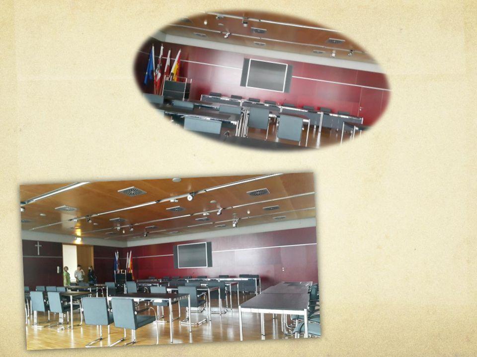 Die Unterschiede Landesregierung Plätze im Sitzungssaal: 48 Wichtigste Räume: Bürgerservice, Tierschutzstelle, Umweltanwaltschaft Anzahl Parteien: 5 Rathaus
