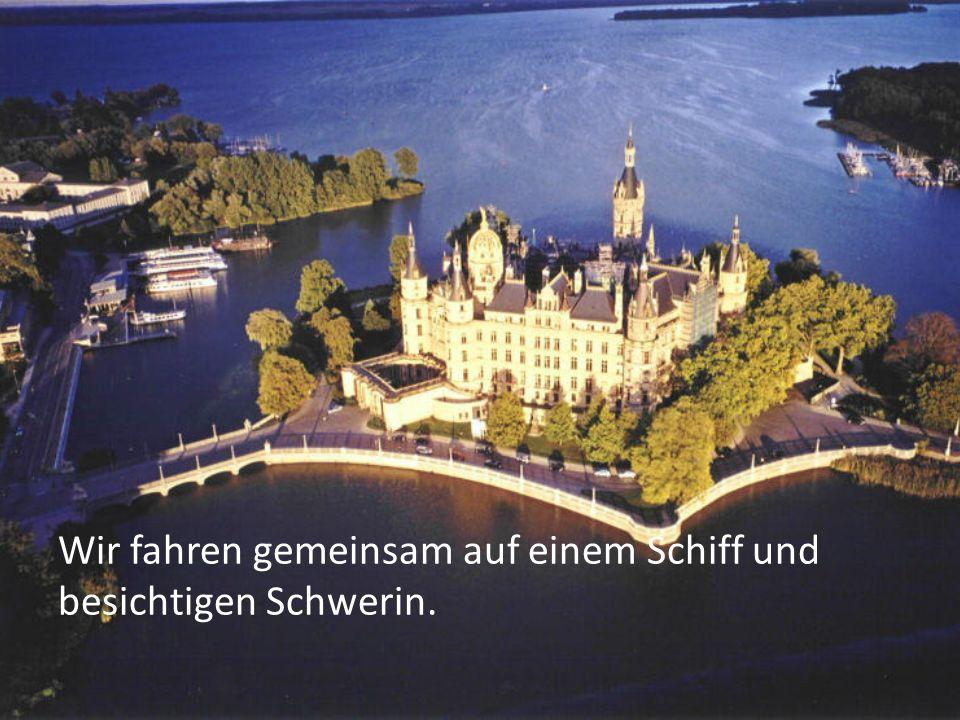 Wir fahren gemeinsam auf einem Schiff und besichtigen Schwerin.