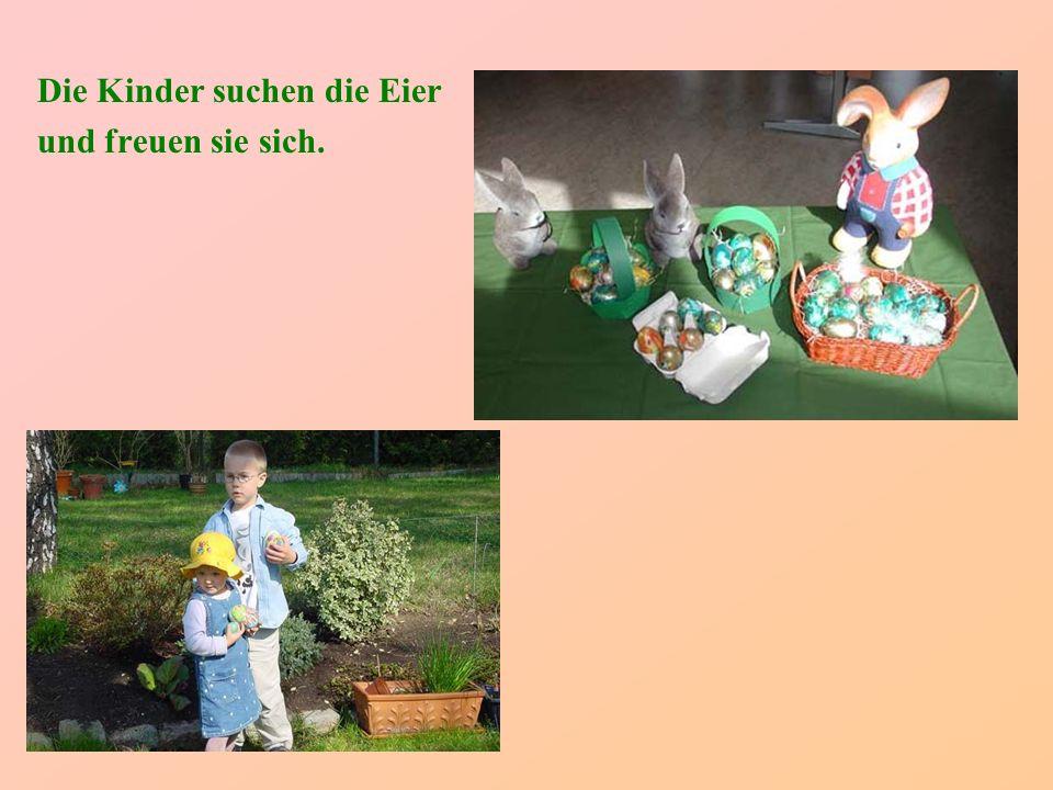 Die Kinder suchen die Eier und freuen sie sich.