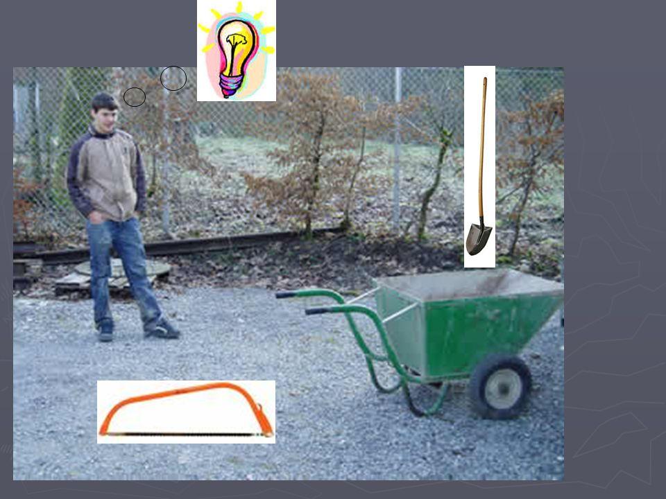 Statt kleine Arbeiten mit einen Bagger zu erledigen, kann man auch einmal mit Bickel und Schaufel arbeiten.