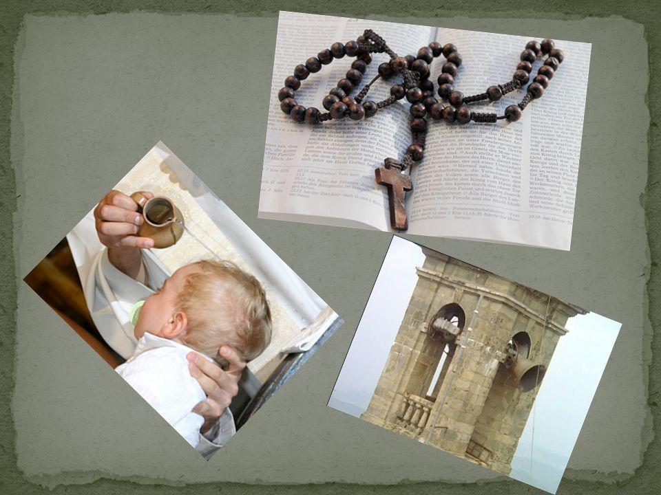 Die Ritualgegenstände sind die Hostie, das Wein, das Kreuz, die Klingel, das Heilige Wasser, der Rosenkranz.