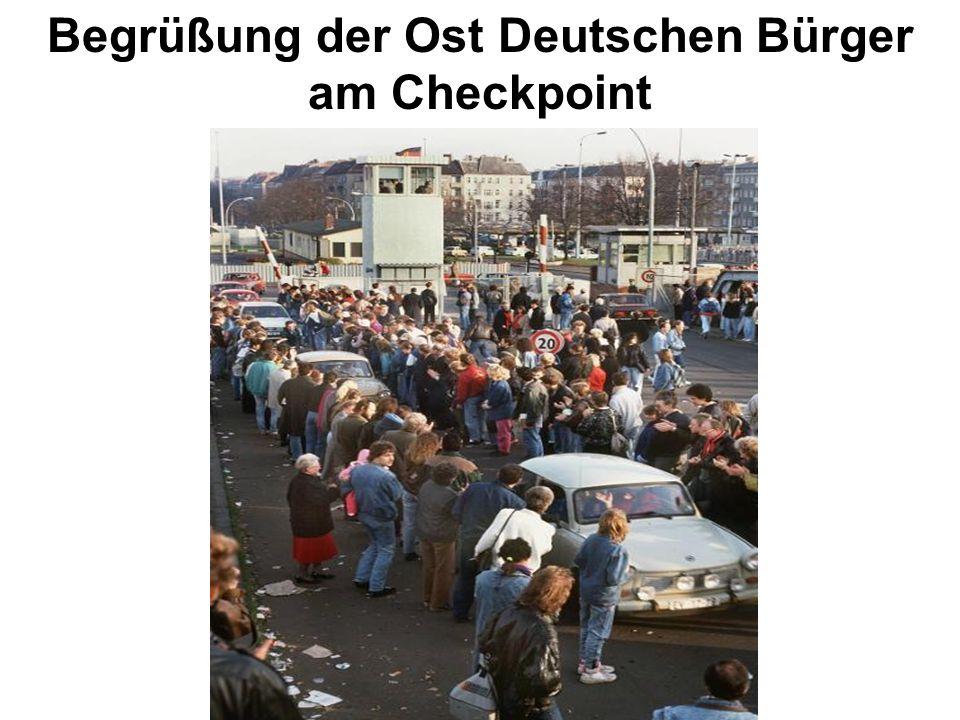 Begrüßung der Ost Deutschen Bürger am Checkpoint