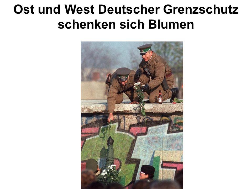 Ost und West Deutscher Grenzschutz schenken sich Blumen