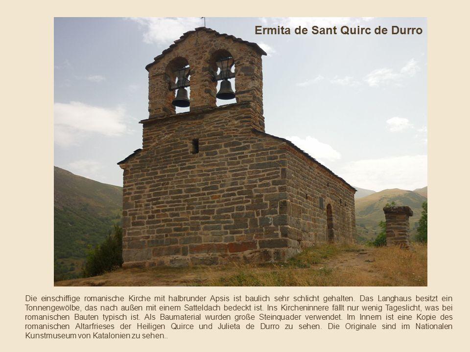 Die einschiffige romanische Kirche mit halbrunder Apsis ist baulich sehr schlicht gehalten.
