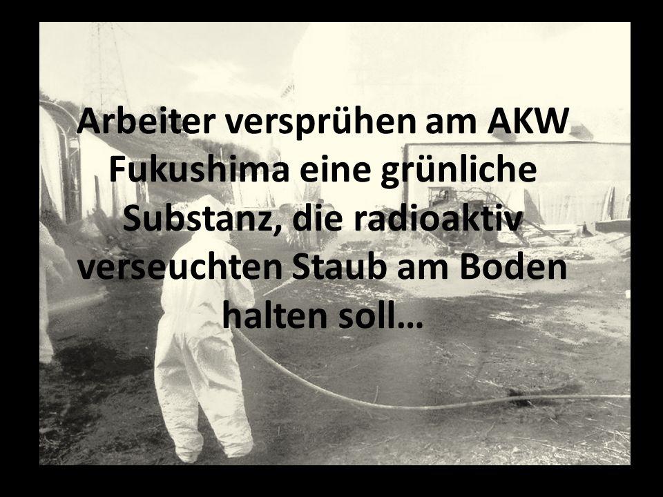 Arbeiter versprühen am AKW Fukushima eine grünliche Substanz, die radioaktiv verseuchten Staub am Boden halten soll…