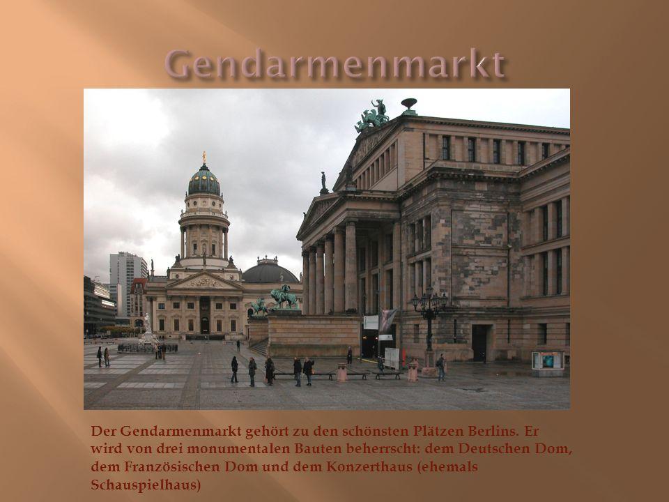 Der Gendarmenmarkt gehört zu den schönsten Plätzen Berlins. Er wird von drei monumentalen Bauten beherrscht: dem Deutschen Dom, dem Französischen Dom