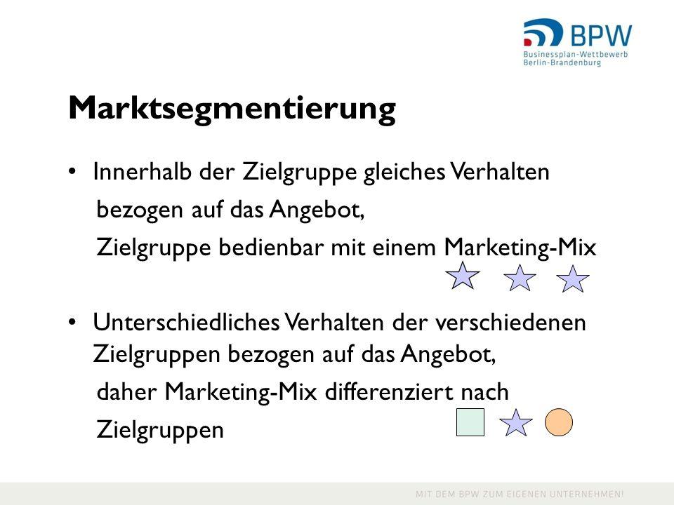 21 Marktsegmentierung Innerhalb der Zielgruppe gleiches Verhalten bezogen auf das Angebot, Zielgruppe bedienbar mit einem Marketing-Mix Unterschiedliches Verhalten der verschiedenen Zielgruppen bezogen auf das Angebot, daher Marketing-Mix differenziert nach Zielgruppen