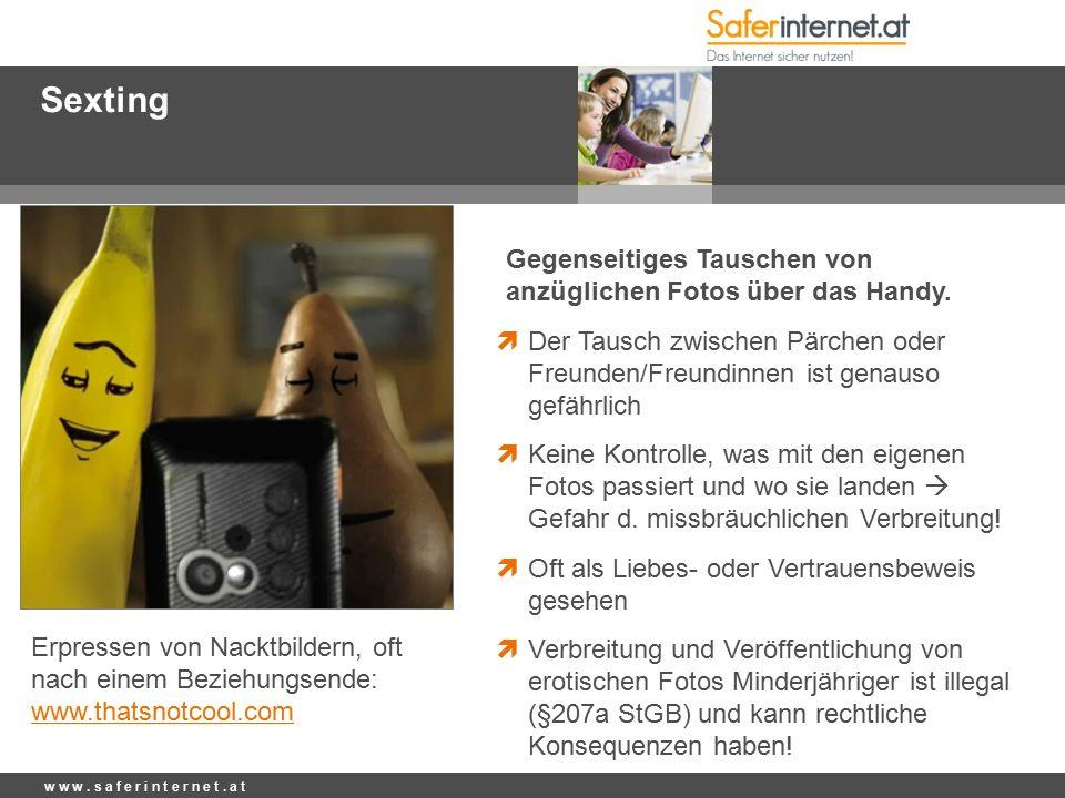 Sexting Gegenseitiges Tauschen von anzüglichen Fotos über das Handy.