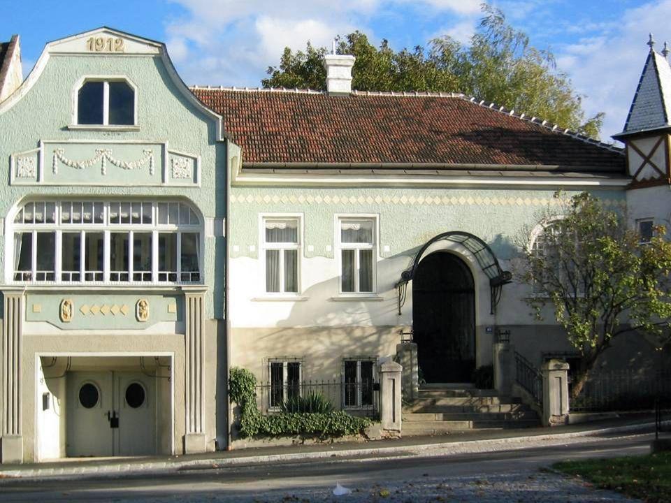 """Sitzendorf an der Schmida Sitzendorf an der Schmida liegt im westlichen Wein-viertel und wird gerne als """"Perle des Schmidatales bezeichnet."""