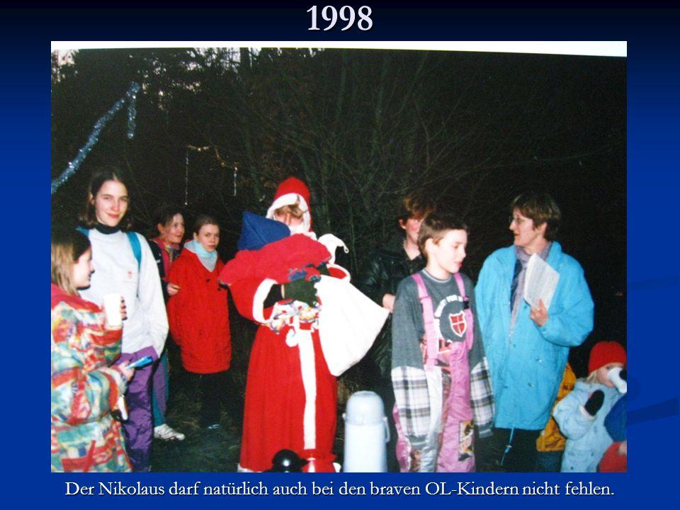 1998 Der Nikolaus darf natürlich auch bei den braven OL-Kindern nicht fehlen.