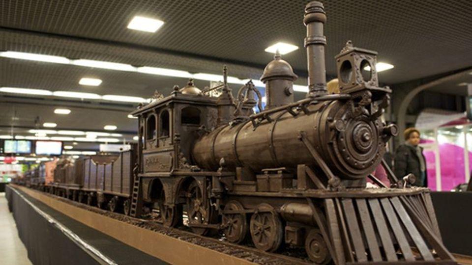 Der Künstler Andrew Farrugia gestaltete einen Zug ganz aus Maltese Schokolade und hat einen neuen Guinness-Weltrekord als längste Schoko Struktur der