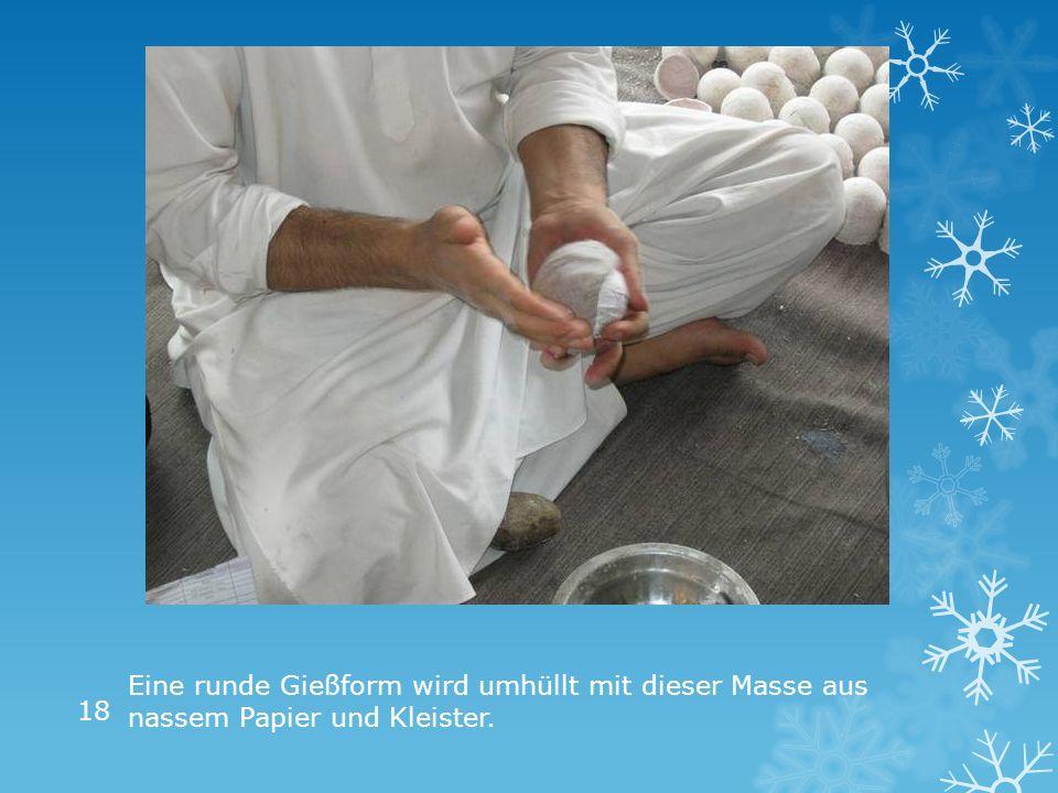 Eine runde Gießform wird umhüllt mit dieser Masse aus nassem Papier und Kleister. 18
