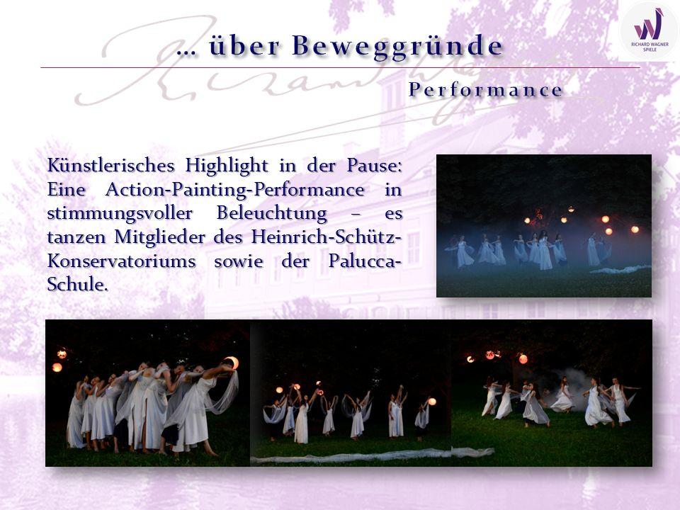 Künstlerisches Highlight in der Pause: Eine Action-Painting-Performance in stimmungsvoller Beleuchtung – es tanzen Mitglieder des Heinrich-Schütz- Konservatoriums sowie der Palucca- Schule.