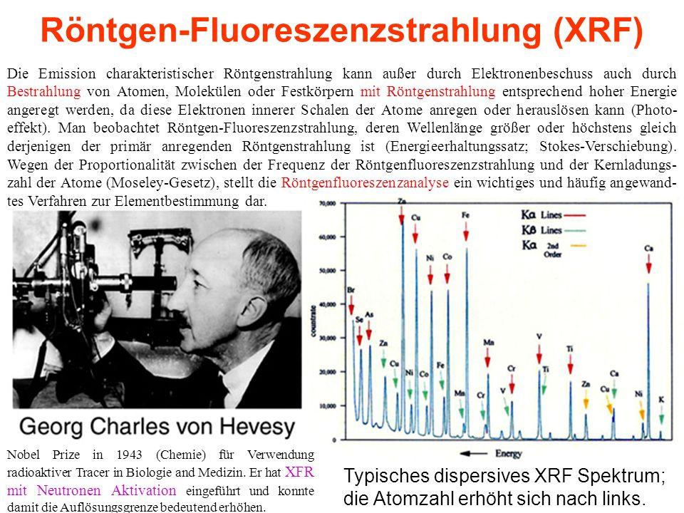 Röntgen-Fluoreszenzstrahlung (XRF) Die Emission charakteristischer Röntgenstrahlung kann außer durch Elektronenbeschuss auch durch Bestrahlung von Atomen, Molekülen oder Festkörpern mit Röntgenstrahlung entsprechend hoher Energie angeregt werden, da diese Elektronen innerer Schalen der Atome anregen oder herauslösen kann (Photo- effekt).