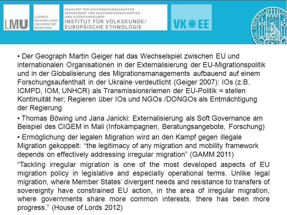 Der Geograph Martin Geiger hat das Wechselspiel zwischen EU und internationalen Organisationen in der Externalisierung der EU-Migrationspolitik und in