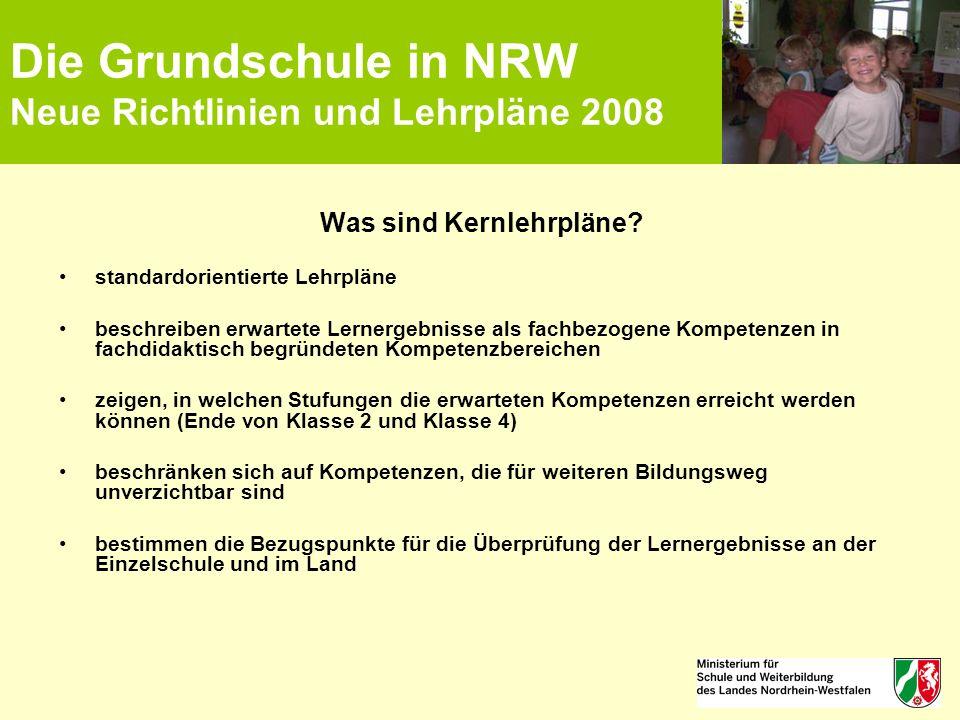 Die Grundschule in NRW Neue Richtlinien und Lehrpläne 2008 Was sind Kernlehrpläne? standardorientierte Lehrpläne beschreiben erwartete Lernergebnisse