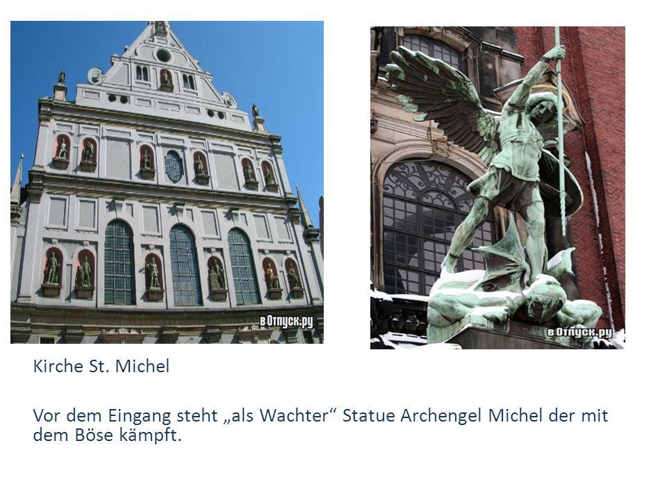 """Kirche St. Michel Vor dem Eingang steht """"als Wachter"""" Statue Archengel Michel der mit dem Böse kämpft."""
