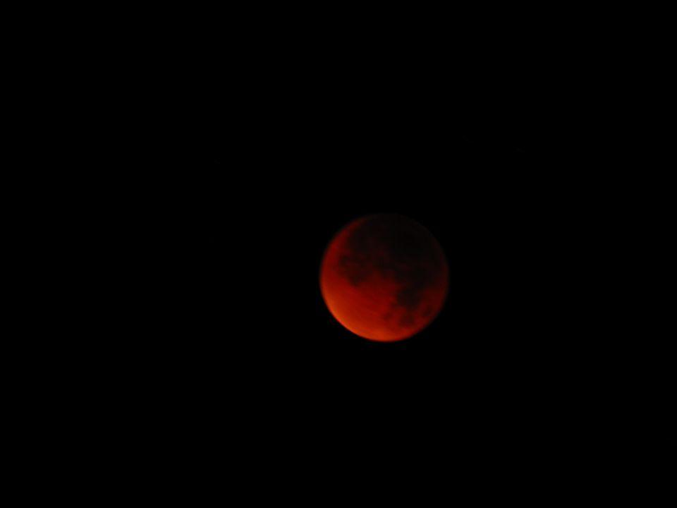 4.41 Uhr: Durch die Lichtbrechung erscheint der Mond im Erdschatten rot